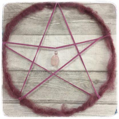 viiskanta eli pentagrammi viininpunainen, jossa ruusukvartsi