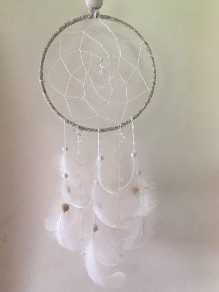 pellavaa ja valkoista ja vuorikristallikiteitä vaaleassa unisiepparissa