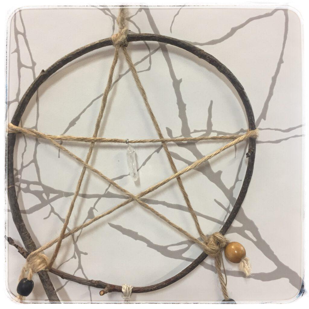 risukehällinen pentagrammi, jonka keskellä vuorikristallikide