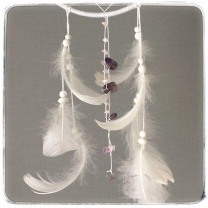 unisiepparin alaosassa valkoiset höyhenet ja helmet sekä kristallilanka