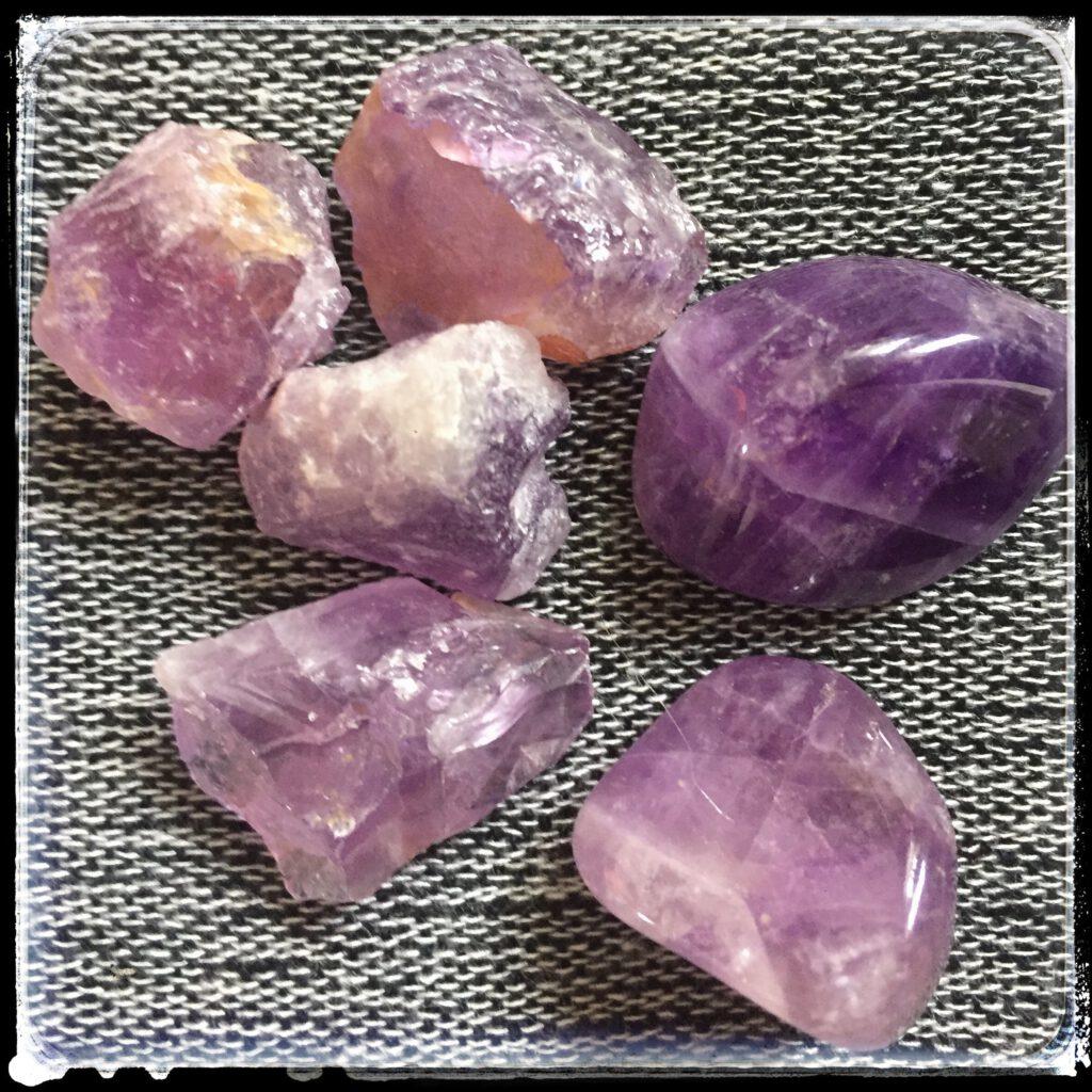 ametisti raakakiviä ja hiottuja kiviä