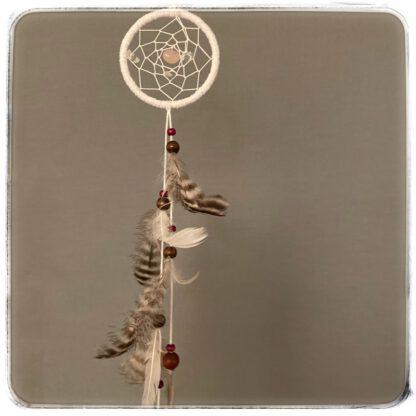 pieni, valkoinen unisieppari, alaosan lankaparissa helmikanan höyheniä ja puuhelmiä
