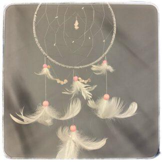 kokokuva vaaleanharmaasta unisiepparista, jossa valkoiset höyhenet ja ruusukvartsit