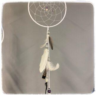 valkoinen unisieppari, jossa isot sulat alaosassa