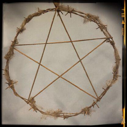 Pentagrammi piikkilangasta, kuvio nahkanauhaa
