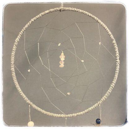Vaalean harmaan unsiepparin yläosa, jossa ruusukvartsi- ja vuorikristallikiteitä